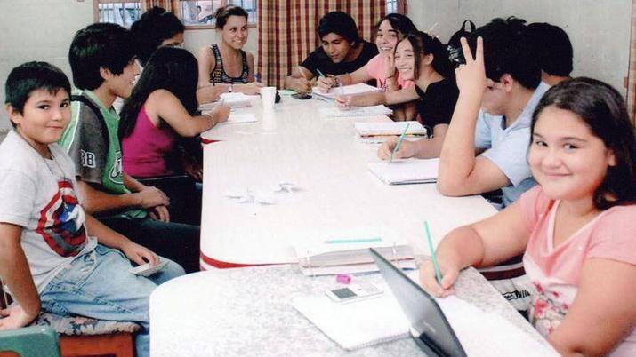 Biblioteca COESA. Además de bibliografías, en el espacio ofrecen cursos para docentes y clases de apoyo para niños